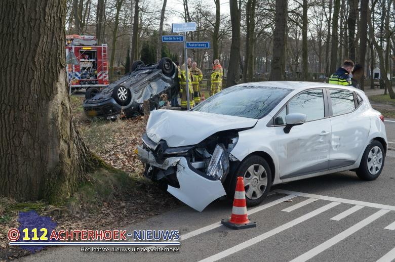 Auto op zijn dak na aanrijding Oude Diepenheimseweg in Geesteren.