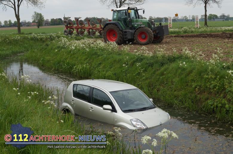 Automobiliste te water na aanrijding in Ulft.