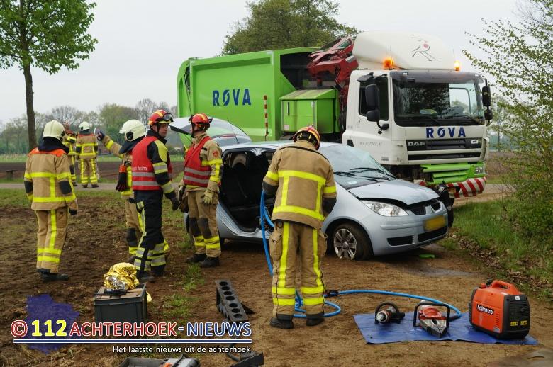 Twee personen bekneld na aanrijding auto en vrachtwagen in Aalten.