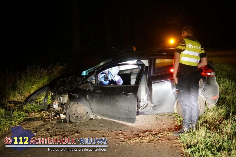 Forse aanrijding met boom in buitengebied Vorden, bestuurder ongedeerd.