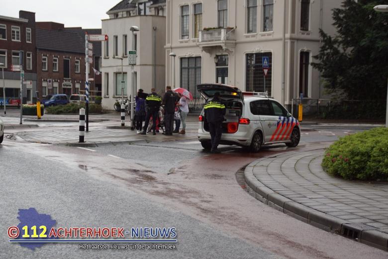 Fietsster gewond na aanrijding op rotonde in Winterswijk.