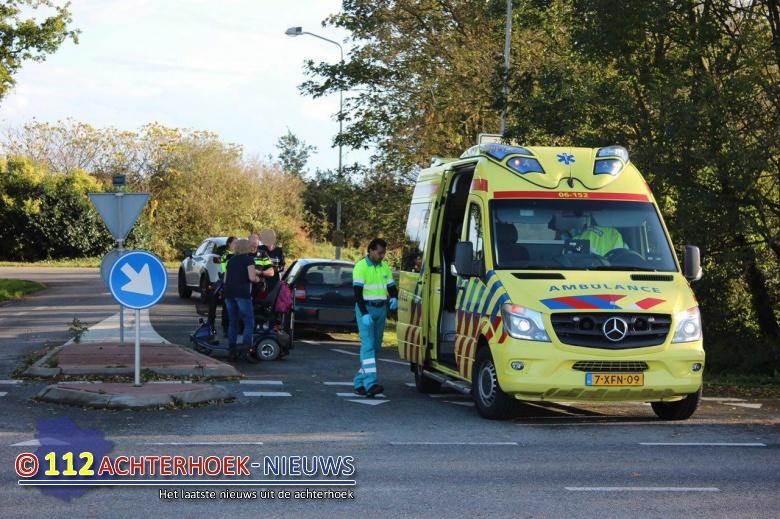 Bestuurster scootmobiel raakt gewond na aanrijding in Azewijn.