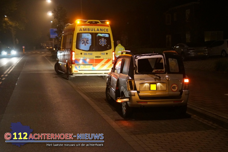 45 km-autootje belandt na aanrijding op zijkant in Terborg.