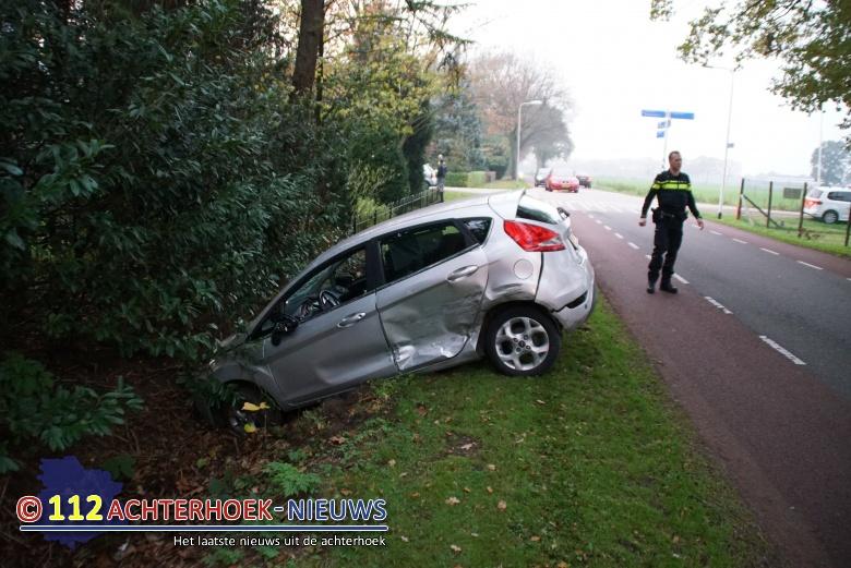 Auto belandt op fietspad na botsing, twee gewonden.