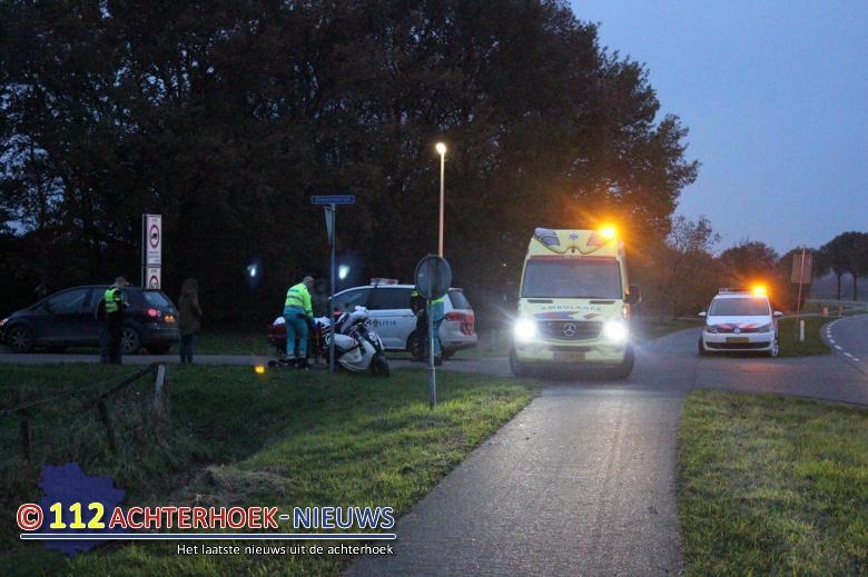 Scooterrijdster gewond na aanrijding met auto in Azewijn.