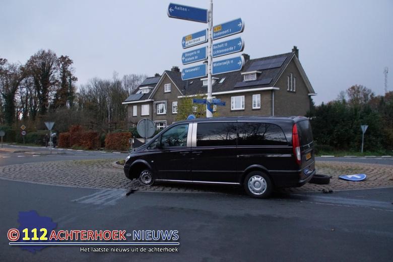 Auto en lijkwagen komen met elkaar in botsing in Aalten.