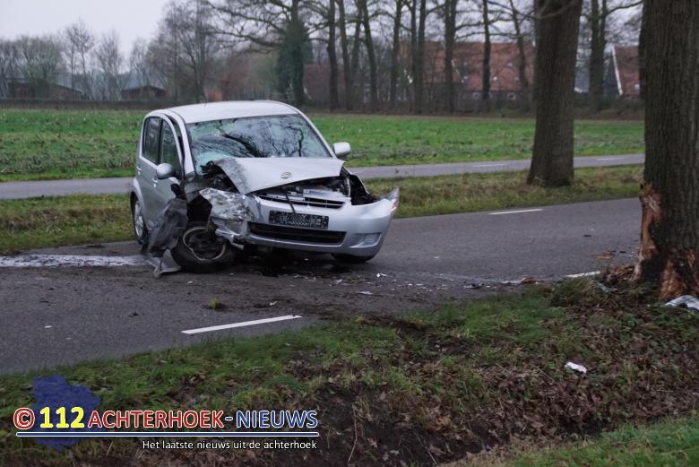 Bestuurster overleden na botsing tegen boom in Winterswijk.