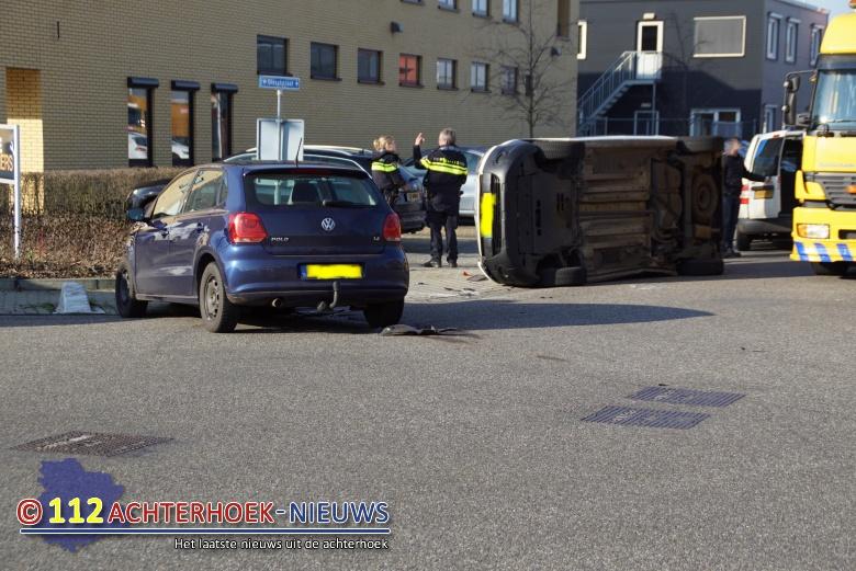 Auto op zijn kant na aanrijding in Lichtenvoorde.