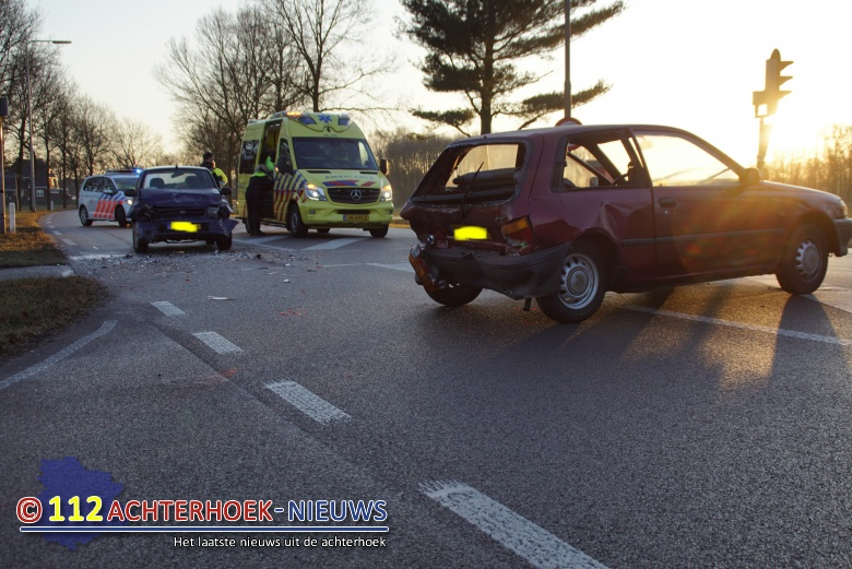 Kop-staart aanrijding voor het verkeerslicht; Twee gewonden Bredevoort.