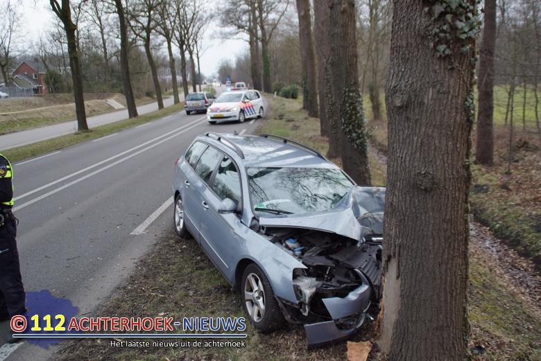 Duits gezin naar het ziekenhuis na botsing tegen boom in Winterswijk.