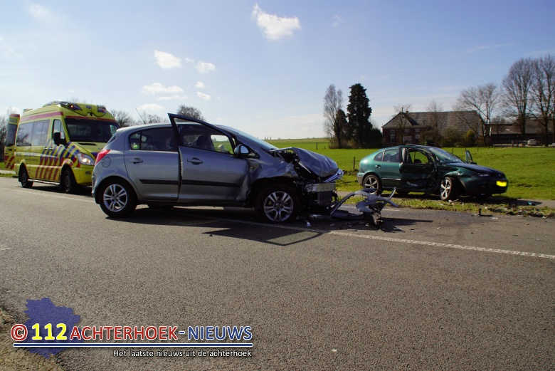 Drie gewonden bij frontale botsing tijdens inhaalactie Diepenheimseweg Neede.