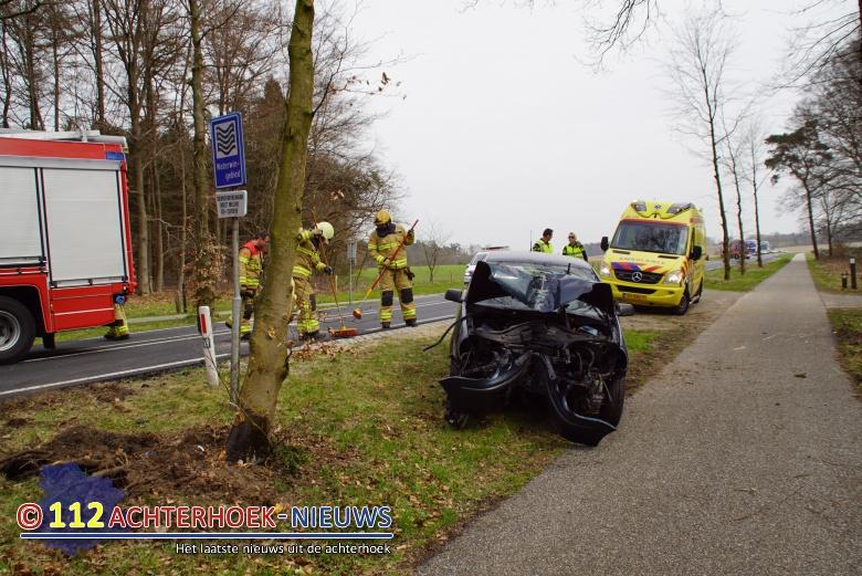 Bestuurder raakt gewond na botsing met boom tussen Beek en Zeddam.