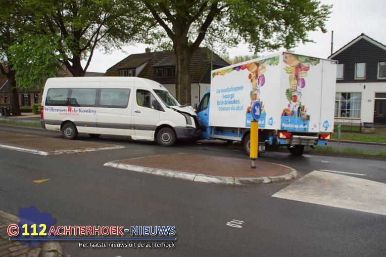 Taxibus met zes kinderen betrokken bij ongeval in Langerak.