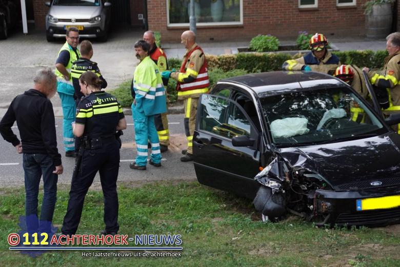 Eenzijdig ongeval, auto botst tegen een boom in Aalten.