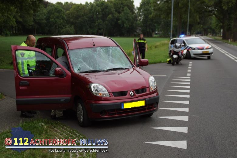 Twee jongs lichtgewond na aanrijding met auto in Vorden.