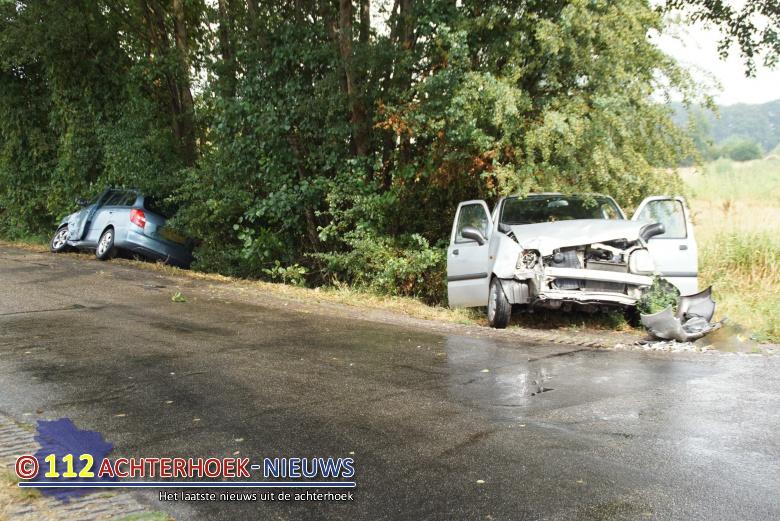 Autos belanden in de sloot na botsing twee gewonden in Sinderen.