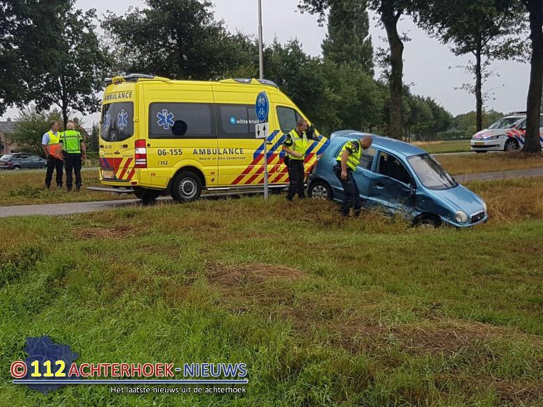 Bestuurster uit auto geslingerd na aanrijding Zelhem.