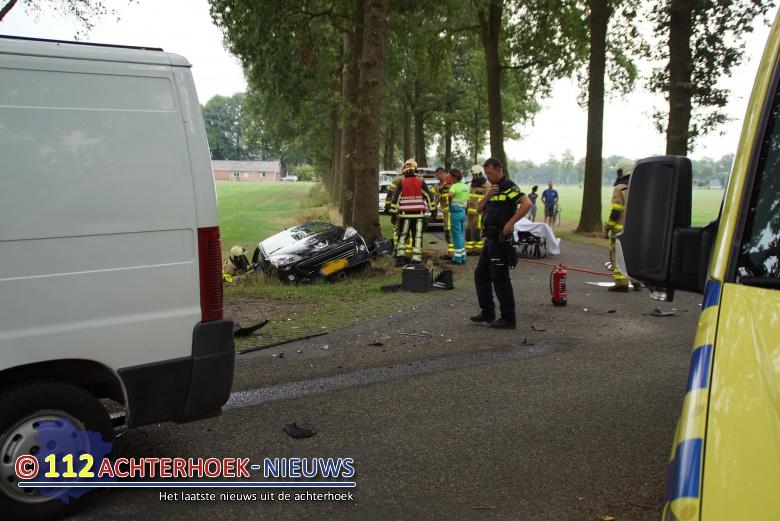 Brandweer moet bestuurder uit auto bevrijden na botsing in Aalten.
