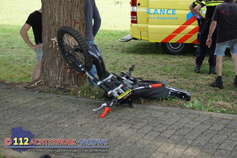 Motorrijder ernstig gewond na botsing met boom in Zieuwent.