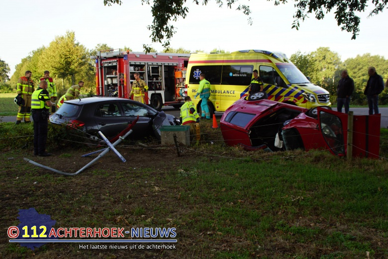 Twee autos belanden in de sloot na botsing een gewonden in Harreveld.