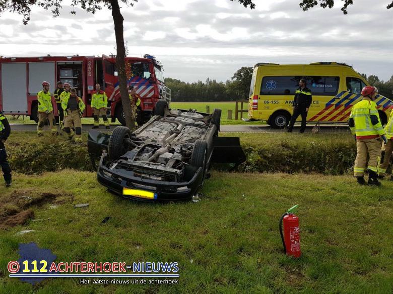 Auto op kop in de sloot na aanrijding in Doetinchem.