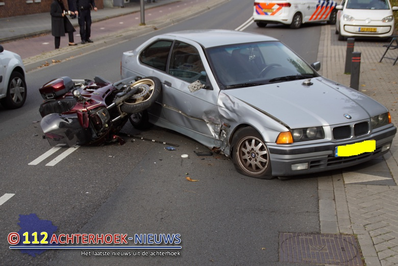Motorrijder raakt gewond na botsing met auto in Terborg.