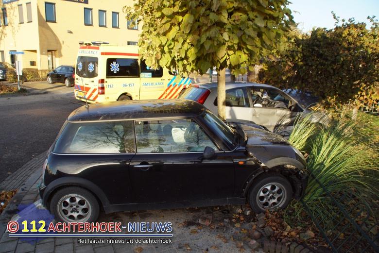Auto's komen na botsing terecht in voortuin in Lichtenvoorde.