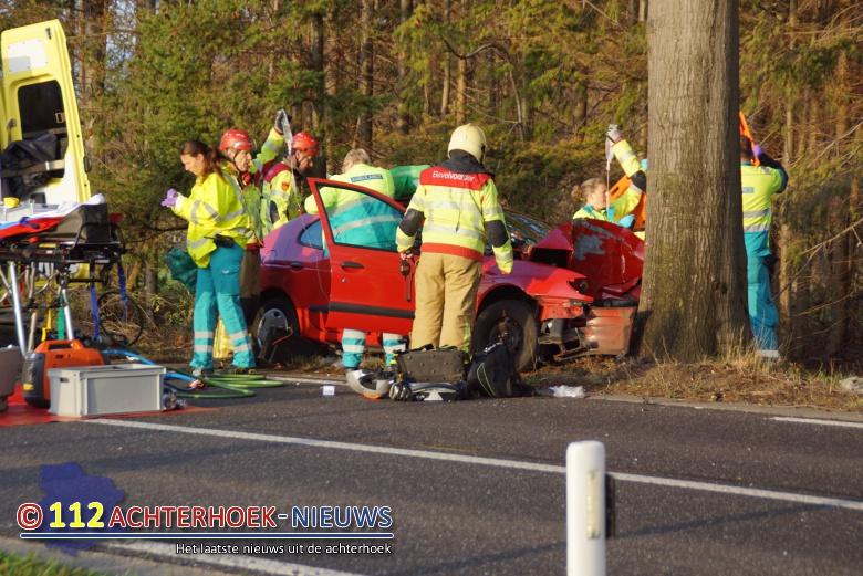 Coevorden: automobilist gewond bij botsing tegen boom.